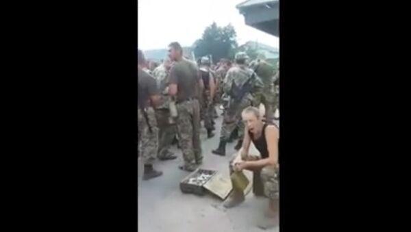 Ukraine: les soldats font la queue pour manger - Sputnik France