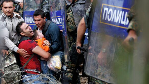 Immigrés qui essayent de passer en Macédoine depuis la Grèce - Sputnik France