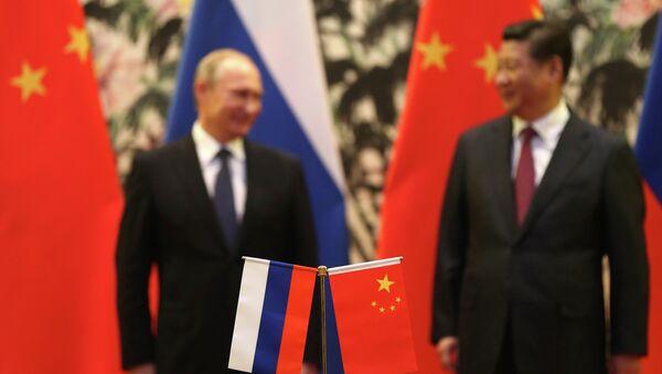 Флаги России и Китая на фоне Президента России В.В. Путина и Председателя КНР Си Цзиньпина - Sputnik France
