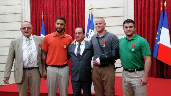 François Hollande pose avec les trois jeunes Américains héros du Thalys - Sputnik France