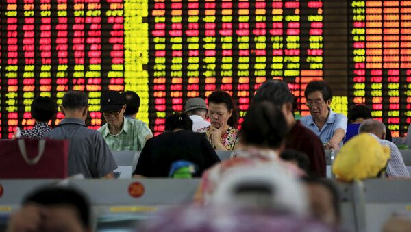 Investors look at computer screens showing stock information at a brokerage in Shanghai, China, August 26, 2015. - Sputnik France