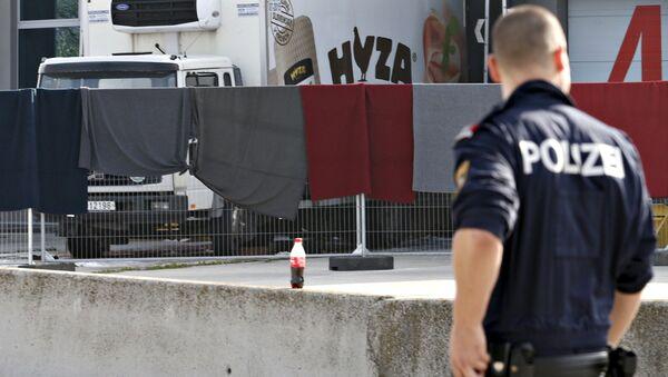 Un officier de police examine le camion où des corps de 71 migrants ont été trouvés jeudi 27 août 2015, Autriche - Sputnik France