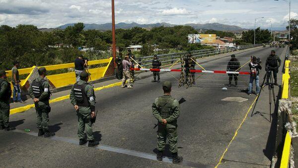 Les militaires vénézuéliens (en bas) faisant face aux soldats colombiens à la frontière commune - Sputnik France