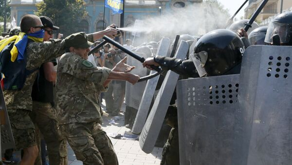 Demonstrators, who are against a constitutional amendment on decentralization, clash with police outside the parliament building in Kiev, Ukraine, August 31, 2015 - Sputnik France