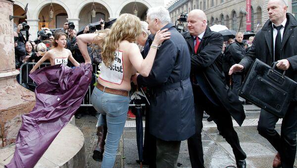 Aktivistinnen aus der ukrainischen Gruppe Femen haben die Mai-Kundgebung der rechten Partei Front National (FN) in Paris beinahe gestört - Sputnik France