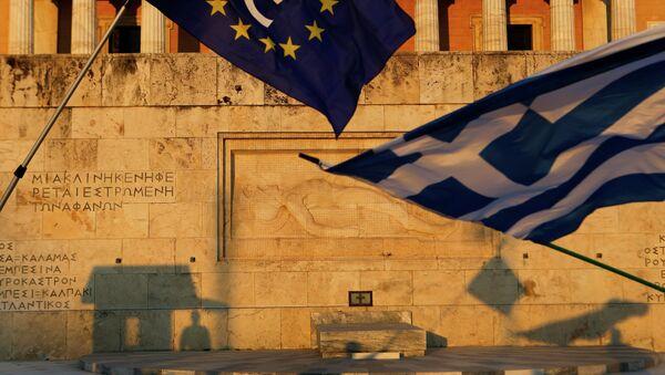 Pro-Euro demonstrators wave a Greek flag, right, and a European Union flag - Sputnik France