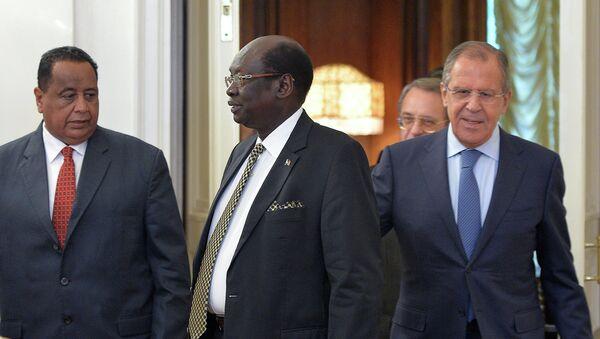 Sergueï Lavrov avec ses homologues soudanais Ibrahim Ghandour et sud-soudanais Barnaba Marial Benjamin - Sputnik France