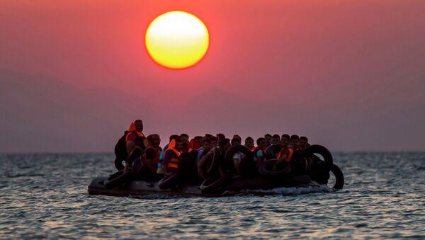 Une embarcation remplie de réfugiés  - Sputnik France