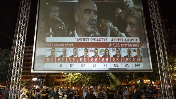 Un écran géant à Athènes montre les résultats des sondages sortie des urnes le 20 septembre - Sputnik France