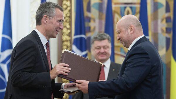 Alexandre Tourtchinov et Jens Stoltenberg ont signé le document prévoyant le renforcement des relations dans le domaine des communications stratégiques. - Sputnik France