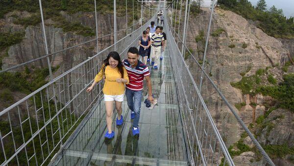 Chine: un pont de verre perché à 300m de haut - Sputnik France