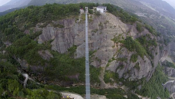Chine: pont de verre perché à 300m de haut - Sputnik France