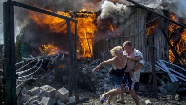 Les habitants de la région de Lougansk quittent leur maison en flammes - Sputnik France