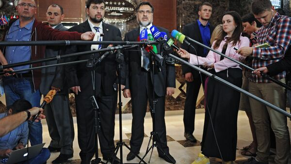 Denis Pouchiline et Vladislav Deïnego, négociateurs des Républiques populaires autoproclamées de Donetsk (DNR) et de Lougansk (LNR), le 6 octobre, Minsk - Sputnik France