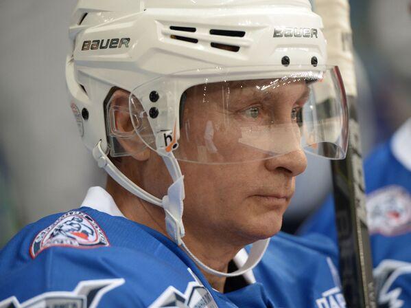 Президент РФ Владимир Путин принимает участие в хоккейном матче - Sputnik France