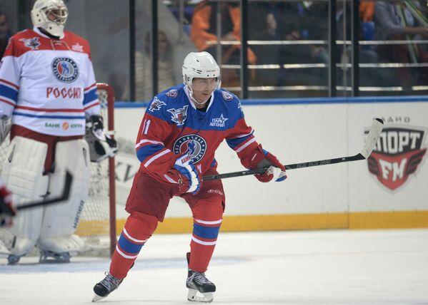 Президент РФ В. Путин принимает участие в хоккейном матче чемпионов НХЛ и Правления и почетных гостей НХЛ - Sputnik France