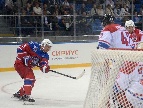 Президент РФ Владимир Путин принимает участие в хоккейном матче чемпионов НХЛ и Правления и почетных гостей НХЛ - Sputnik France