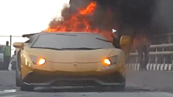 Une Lamborghini disparaît en flammes - Sputnik France