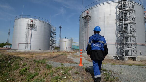 Employé de Gazprom Neft, réservoirs de stockage de carburant - Sputnik France