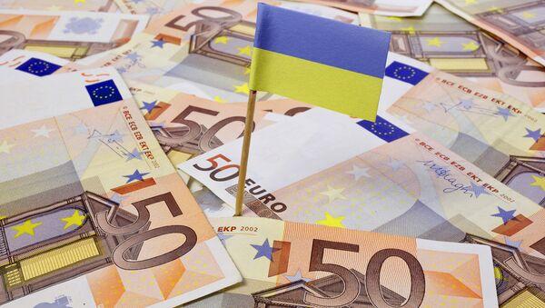 Drapeau ukrainien sur fond de coupures d'euros - Sputnik France