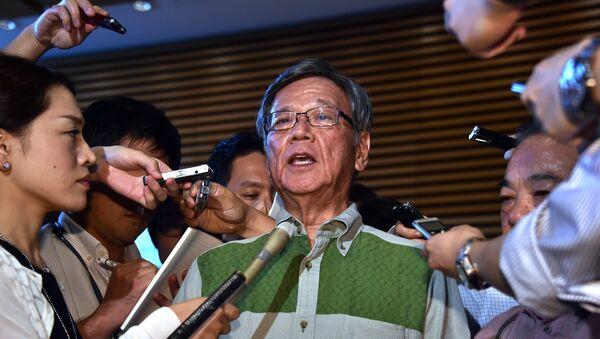 Le gouverneur d'Okinawa Takeshi Onaga entouré de journalistes. 7 août 2015 - Sputnik France