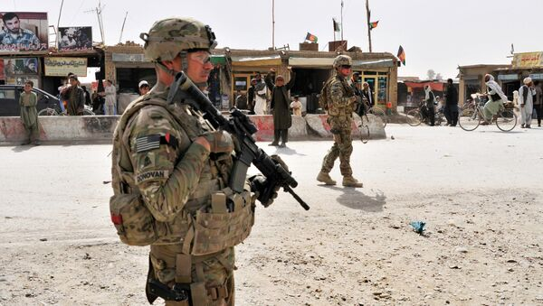 US Army soldiers provide security for members of their team near the Afghanistan-Pakistan border - Sputnik France