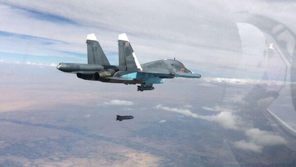 Un chasseur-bombardier Sukhoi Su-34 lors d'un raid sur Raqqa - Sputnik France