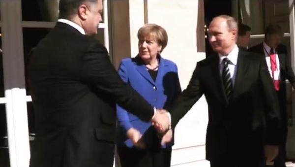 Poignée de main entre Poutine et Porochenko - Sputnik France