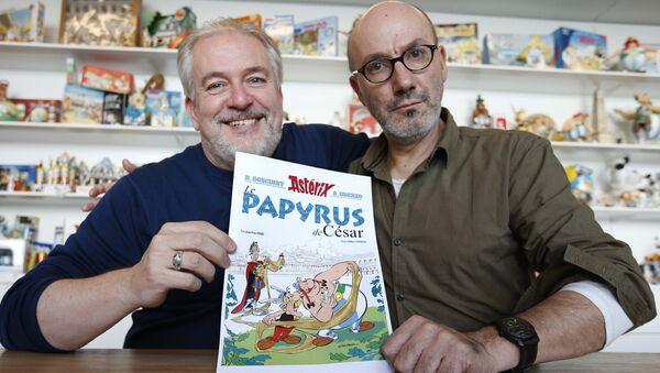 Auteur Jean-Yves Ferri (D) et illustrateur Didier Conrad (G) avec l'album des  nouvelles aventures d'Astérix - Sputnik France