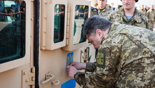 Piotr Porochenko à côté d'un véhicule blindé américain - Sputnik France