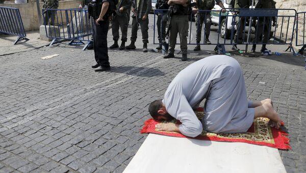 Un Palestinien prie aux portes de Jérusalem - Sputnik France