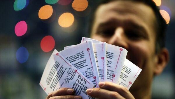 Un homme avec des billets de loterie. Image d'illustration - Sputnik France