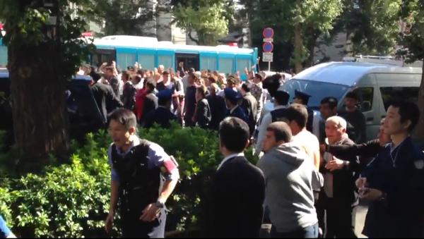Une bagarre entre des Turcs et des Kurdes près de l'ambassade de Turquie à Tokyo, octobre 2015 - Sputnik France