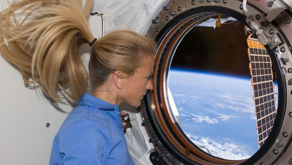 Astronaut Karen Nyberg, STS-124 mission specialist, looks through a window in the newly installed Kibo laboratory of the International Space Station while Space Shuttle Discovery is docked with the station. - Sputnik France
