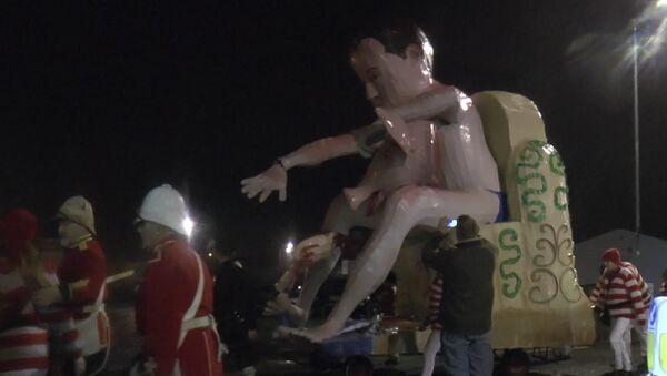L'effigie de David Cameron incendiée avec une tête de porc - Sputnik France
