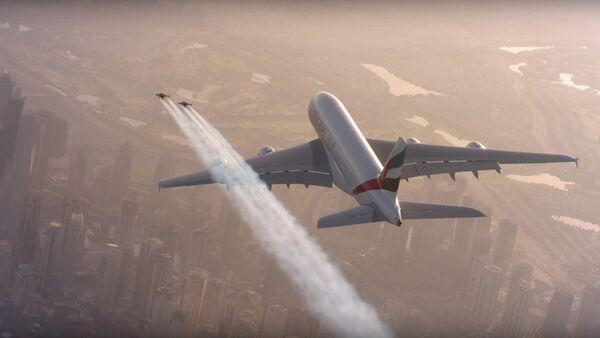 Deux hommes en jetpack volent autour d'un Airbus A380 à Dubaï - Sputnik France