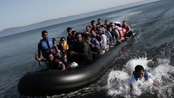 Refugees coming from Turkey land on the shores of the Greek island Lesbos in an inflatable boat on September 4, 2015 - Sputnik France