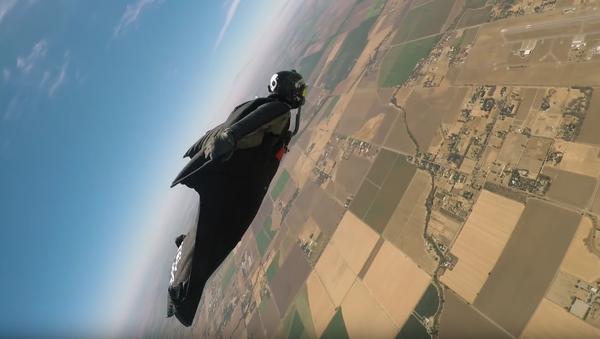 Nouveau record du monde du vol en wingsuit - Sputnik France