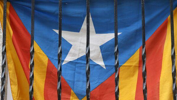 Un drapeau catalan vu à travers les barreaux d'un balcon à Barcelone - Sputnik France