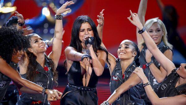 Selena Gomez (centre) - Sputnik France