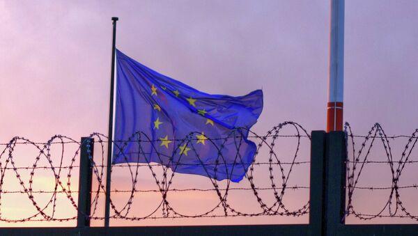 Le drapeau de l'UE derrière le fil de fer barbelé - Sputnik France