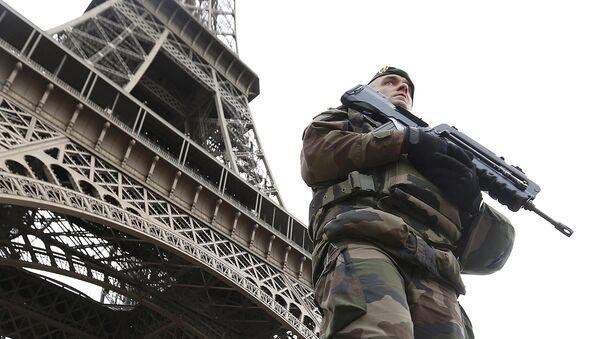 Une patrouille militaire devant la Tour Eiffel - Sputnik France