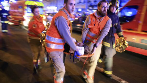 Une femme évacuée de la salle de spectacle du Bataclan - Sputnik France
