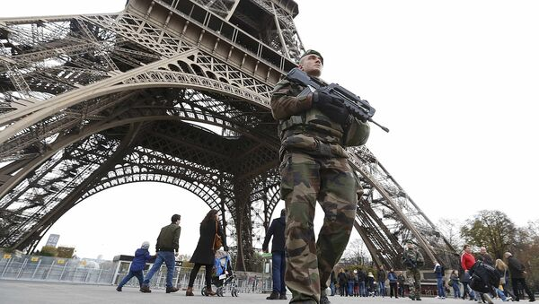 French military patrol near the Eiffel Tower the day after a series of deadly attacks in Paris , November 14, 2015 - Sputnik France