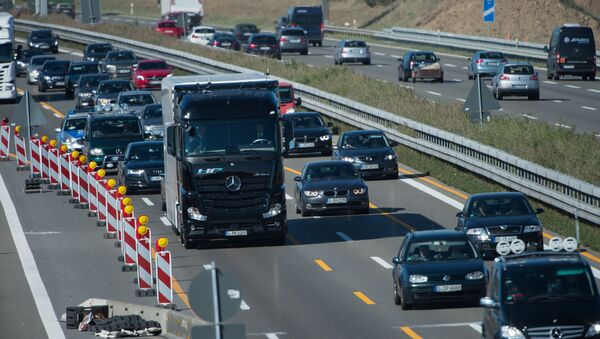 A Mercedes-Benz Actros truck equipped with a highway pilot automated self-driving system drives on the A8 highway in Denkendorf, southern Germany, on October 2, 2015. - Sputnik France