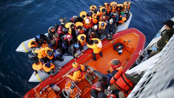Des réfugiés près des côtes de Canakkale, Turquie, après une tentative échouée d'atterir sur l'île grecque de Lesbos, 9 novembre 2015 - Sputnik France