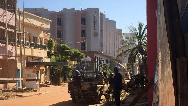 Les troupes maliennes prennent position à l'extérieur de l'hôtel Radisson Blu à Bamako le 20 Novembre, ici à 2015 - Sputnik France