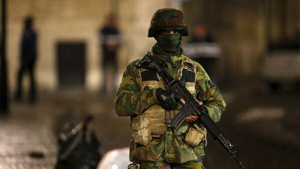 Une soldat de patrouille à Bruxelles - Sputnik France
