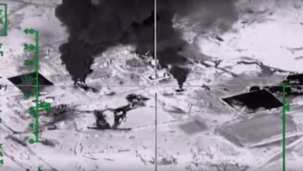 Les puits de pétrole de l'EI sous les bombes - Sputnik France