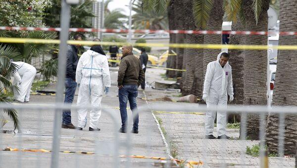 Tunisian forensics police inspect the scene of a suicide bomb attack in Tunis, Tunisia November 25, 2015. - Sputnik France